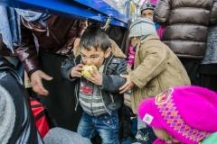 Iker Pastor, marzo 2016.  Un bambino mangia una mela nel campo di Idomeni in Grecia, vicino al confine con la Macedonia
