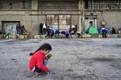 Milos Bicanski, marzo 2016.  Bambini migranti giocano nel porto del Pireo. La chiusura dei confini più a nord nei paesi balcanici sta costringendo oltre trentamila rifugiati a restare in Grecia