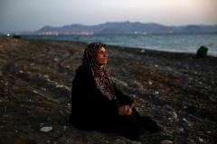 Yannis Behrakis (Reuters). 12 agosto 2015. Amoun, 70 anni, rifugiata palestinese cieca, che viveva ad Aleppo, in Siria, si riposa su una spiaggia dell'isola greca di Kos. Era appena %22sbarcata%22 insieme ad altri 40 profughi a bordo di un gommone